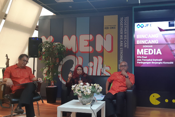 Dari kiri ke kanan: Direktur Utama BBJ Stephanus Paulus Lumintang, Kepala Bappebti Tjahya Widayanti, dan Direktur Utama Kliring Berjangka Fajar Wibhiyadi pada acara bincang-bincang media di Kantor Kliring Berjangka, Jakarta, Rabu (29/1/2020). Bisnis - Finna U. Ulfah