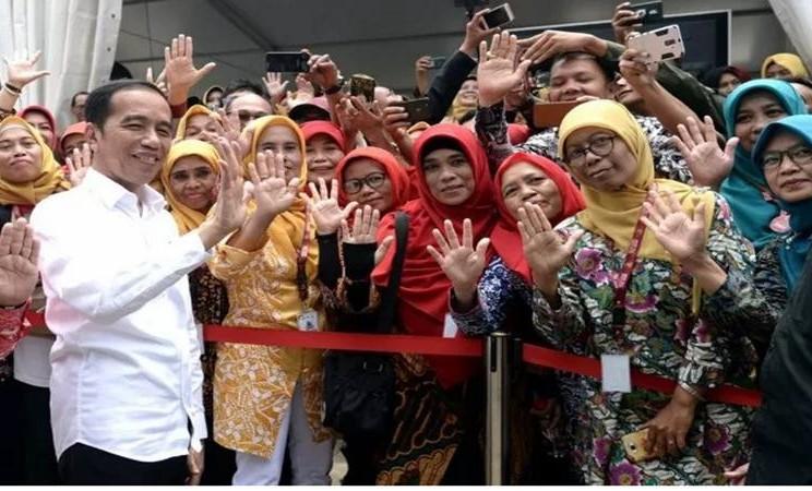Presiden Joko Widodo menyapa masyarakat dalam acara Pencanangan Gerakan Maju Bersama Menuju Eliminasi Tuberkulosis (TBC) 2030 di Cimahi Techno Park, Cimahi, Selasa (29/1/2020).  - Antara