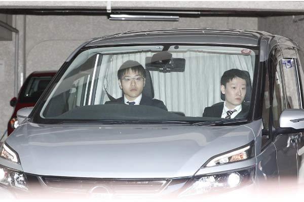Sebuah van membawa mantan Chairman Nissan Carlos Ghosn, Kamis (4/4/2019). - REUTERS