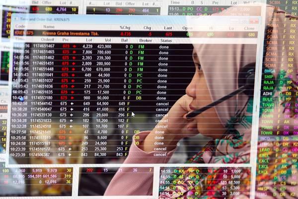 Karyawan mengamati pergerakan harga saham di Profindo Sekuritas Indonesia, Jakarta - Bisnis/Abdullah Azzam