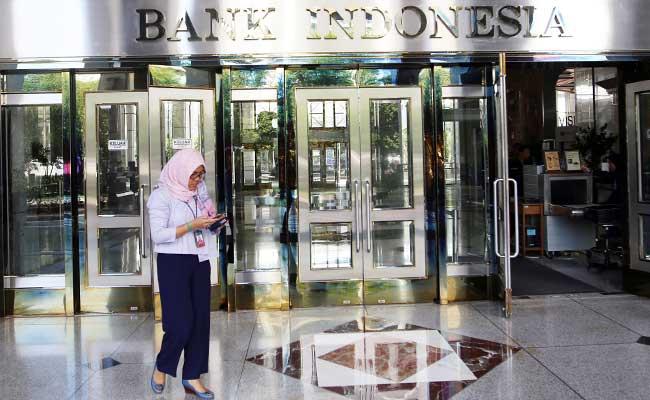 Karyawan melintas didekat logo Bank Indonesia di Jakarta, Senin (30/12/2019). Bisnis - Abdullah Azzam