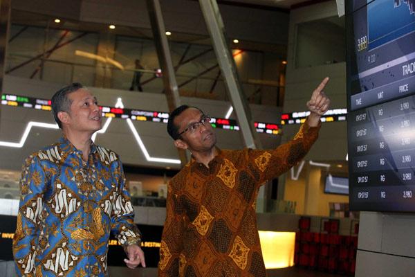 Direktur Utama PT Kino Indonesia Tbk, Harry Sanusi (kiri), berbincang dengan Direktur Pengawasan Transaksi dan Kepatuhan PT Bursa Efek Indonesia Hamdi Hassyarbaini, di sela-sela pencatatan saham perdana di Gedung Bursa Efek Indonesia Jakarta, Jumat (11/12). - bisnis.com