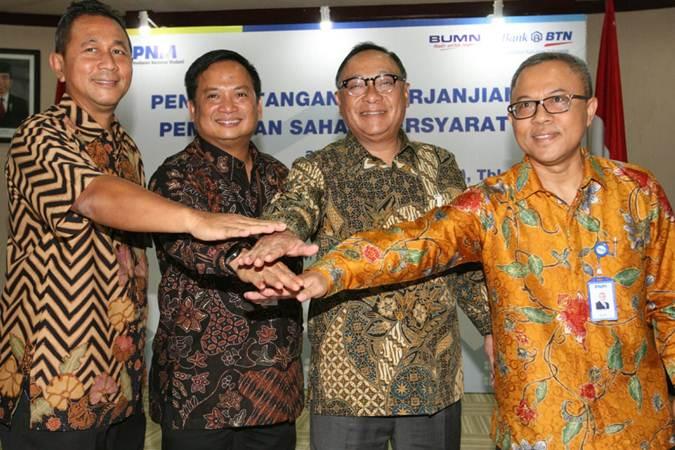 Ilustrasi - Dirut PT Bank Tabungan Negara Tbk. Maryono (kedua kanan) bertumpu tangan dengan Deputi Bidang Usaha Jasa Keuangan, Jasa Survei, dan Konsultan Kementerian BUMN Gatot Trihargo (dari kiri), Dirut PNM Arief Mulyadi, dan Dirut PT Permodalan Nasional Madani Investment Management (PNMIM) Bambang Siswaji seusai penandatanganan Perjanjian Pembelian Saham Bersyarat PNMIM dari PNM, di Jakarta, Senin (22/4/2019). - Bisnis/Dedi Gunawan