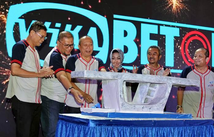 Direktur Utama PT Wijaya Karya Beton Tbk Hadian Pramudita (ketiga kiri) bersama jajaran direksi dan komisaris memotong kue berbentuk beton saat perayaan HUT ke-22 perseroan, di Jakarta, Selasa (19/3/2019). - BisnisEndang Muchtar
