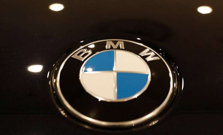 Logo BMW di New York Auto Show 2018. - Reuters/Shannon Stapleton