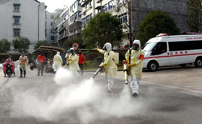 Relawan menggunakan pakaian pelindung saat membasmi kuman di perumahan untuk mengantisipasi wabah virus coronadi Taizhou, Provinsi Zhejiang, China (30/1 -  2020). China Daily via Reuters