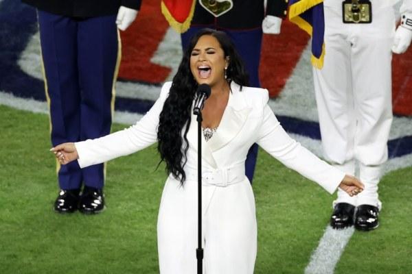 Demi Lovato saat tampil di Super Bowl -