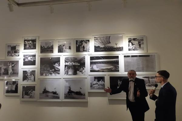 Kurator menjelaskan foto-foto yang berada di pameran Untaian Katulistiwa di Jakarta, Senin (3/2/2020) - Yudi Supriyanto