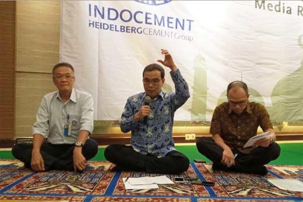 Direktur Utama PT Indocement Tunggal Prakarsa Tbk, Christian Karyawijaya (tengah) saat konverensi pers usai melaksanakan buka puasa bersama di kantornya, Jakarta, Selasa (28/5/2019).  - Antara