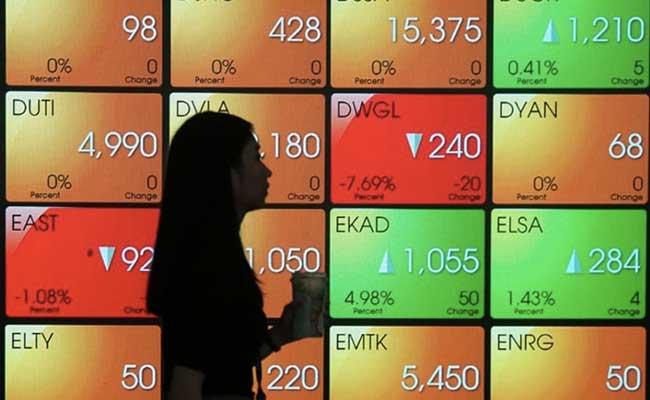 Pengunjung berada di sekitar layar pergerakan Indeks Harga Saham Gabungan (IHSG) di Bursa Efek Indonesia (BEI) Jakarta, Rabu (29/1/2020). JIBI/Bisnis - Himawan L Nugraha