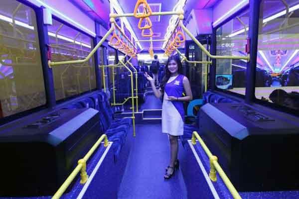 Model berfoto dengan bus listrik produksi PT Mobil Anak Bangsa (MAB) pada ajang GAIKINDO Indonesia International Commercial Vehicle Expo (GIICOMVEC) 2018 di Jakarta, Sabtu (3/3/2018). MAB mendapatkan komitmen pembelian 200 unit dengan nilai diperkirakan mencapai Rp700 miliar.  - Bisnis.com/Dwi Prasetya