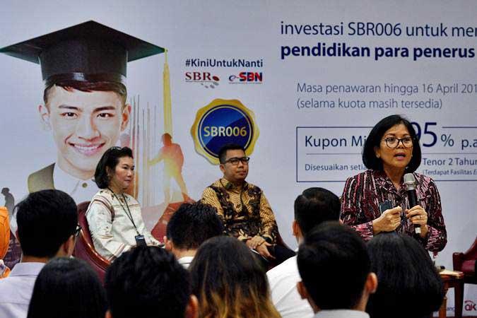 Direktur Surat Utang Negara Kemenkeu Loto Srinaita Ginting (kanan) bersama SVP Wealth Management Bank Mandiri Elina Wirjakusuma (kiri) dan Head of Fixed Income Research PT Mandiri Sekuritas Handy Yunianto (tengah) memberikan sosialisasi penjualan SBR006 kepada karyawan Bank Mandiri di Jakarta, Selasa (9/4/2019). - ANTARA/Sigid Kurniawan