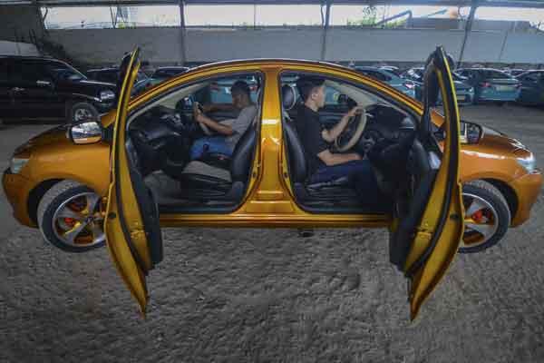 Dua orang sopir berada di dalam mobil dengan dua kemudi di Cibeureum, Bandung, Jawa Barat, Sabtu (20/1). Mobil bermuka dua yang viral di media daring milik Roni Gunawan tersebut dibuat hanya untuk hobi modifikasi kendaraan roda empat. - ANTARA