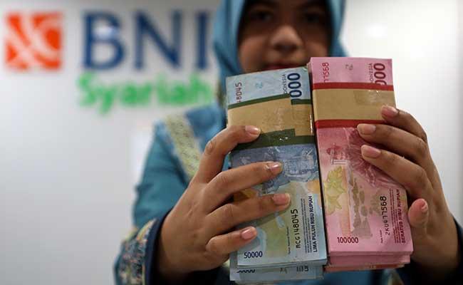 Karyawan menata uang Rupiah di kantor Bank BNI Syariah di Jakarta. Bisnis - Abdullah Azzam