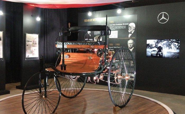 Replika Benz Patent-Motorwagen yang diserahkan kepada Museum Nasional, Jakarta, Sabtu (9/2/2020) - ANTARA/Arindra Meodia.