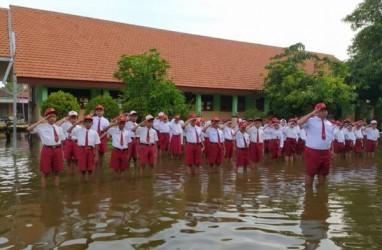 Siswa SD Banjarasri Upacara Bendera Ditemani Banjir