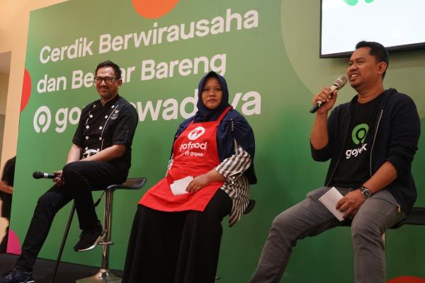 Gede Manggala, VP Region Ops & Jabodetabek Gojek (kanan) tengah memberikan paparan dalam program pelatihan Gojek Swadaya bertajuk 'Cerdik Berwirausaha bareng Gojek Swadaya' yang digelar di GOR Pengadegan, Jakarta. Bisnis - Istimewa