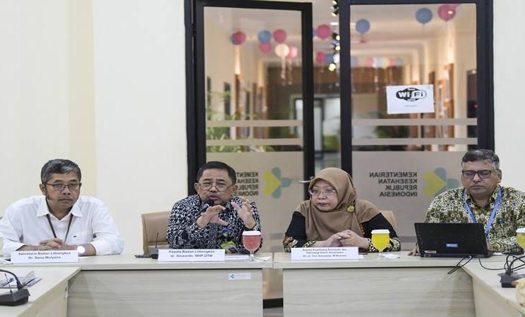 Kepala Balitbangkes Kementerian Kesehatan Siswanto (kedua kiri) bersama Kepala Pusat Penelitian dan Pengembangan Biomedis dan Teknologi Dasar Kesehatan Kementerian Kesehatan Vivi Setiawaty (kedua kanan), Perwakilan WHO untuk Indonesia Navaratnasamy Paranietharan (kanan), Sekretaris Balitbangkes Nana Mulyana (kiri) memberikan keterangan pers terkait novel coronavirus di Badan Penelitian dan Pengembangan Kesehatan (Balitbangkes) di Jakarta, Selasa (11/2/2020). - Antara