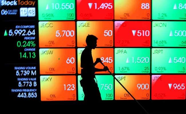 Pengunjung memfoto layar pergerakan Indeks Harga Saham Gabungan (IHSG) di galeri PT Bursa Efek Indonesia, Jakarta, Kamis (6/2/2020). Bisnis - Arief Hermawan P