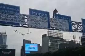 Protes Panti Asuhan, Pria ini Panjat Rambu Lalin di…