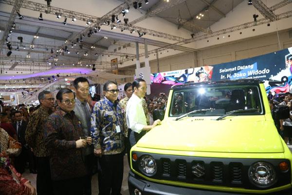 Presiden Joko Widodo (kanan) didampingi Komisaris Utama PT Suzuki Indomobil Sales (SIS) mengamati Suzuki Jimny di arena GIIAS 2018, Kamis (2/8/2018). - Bisnis.com/SIS