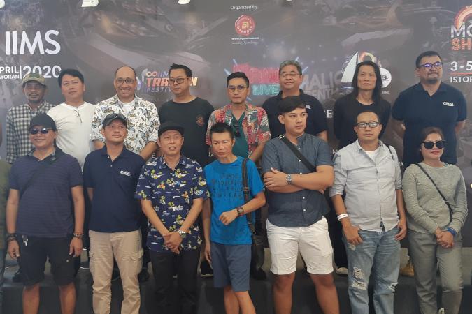 Perwakilan agen pemegang merek, komunitas, dan PT Dyandra Promosindo selaku penggagas IIMS berpose di sela-sela konferensi pers Indonesia International Motor Show (IIMS) 2020 di Jakarta, Rabu (12/2/2020) - Bisnis.com/Dionisio Damara.