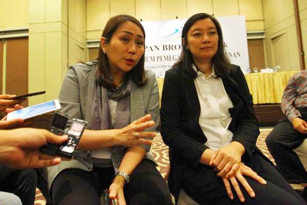 Vice Chief Executive Officer PT Pan Brothers Tbk. (PBRX) Anne Patricia Sutanto (kiri), menjawab pertanyaan didampingi Direktur Fitri R. Hartono, saat paparan publik perseroan di Jakarta, Senin (22/5). - JIBI/Dwi Prasetya