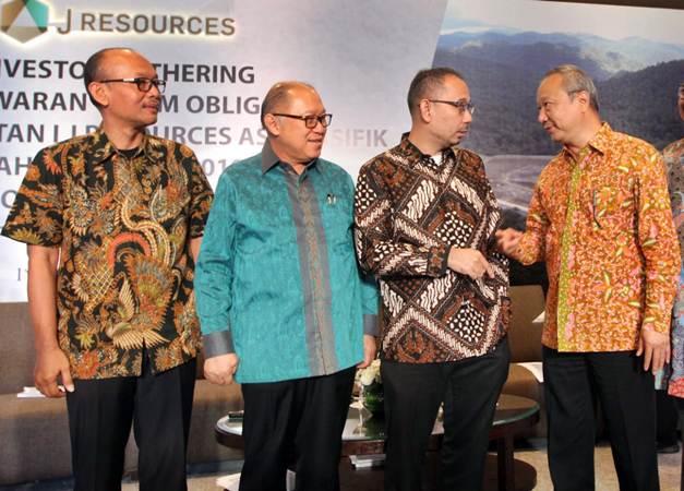 Direktur PT J Resources Asia Pasific Tbk William Surnata (dari kanan) berbincang dengan Direktur Edi Permadi, Direktur Budikwanto Kuesar, dan Vice President Eksplorasi Adi Maryono, usai menerbitkan obligasi perseroan, di Jakarta, Senin (17/6/2019). - Bisnis/Endang Muchtar
