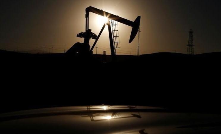 Pompa minyak terlihat saat matahari terbit di dekat Bakersfield, California, AS. - REUTERS /Lucy Nicholson