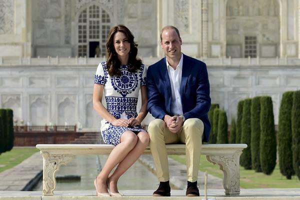 Kate Middleton dan Pangeran William berfoto di Taj Mahal saat berkunjung ke India - Reuters