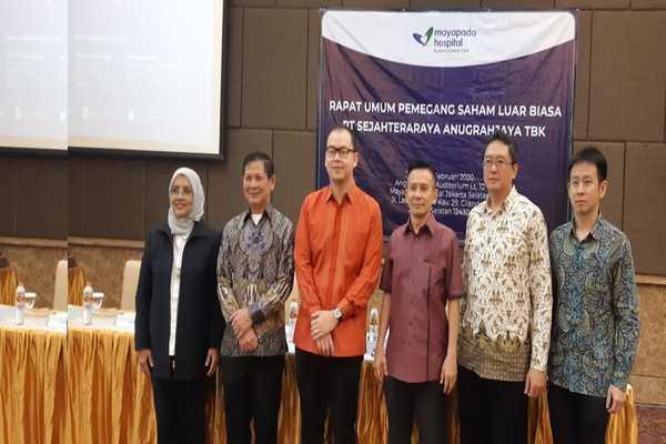 Jajaran Komisaris dan Direksi PT Sejahteraraya Anugrahjaya Tbk. berpose usai RUPSLB perusahaan di Mayapada Hospital, Jakarta, Jumat (14/2/2020). - Ria Theresia Situmorang.