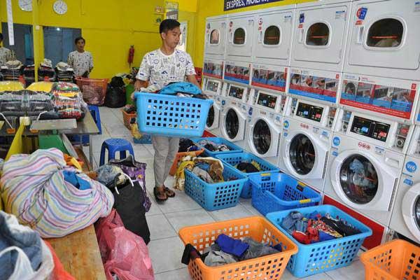 Pekerja menata pakaian kotor yang akan dicuci di salah satu usaha jasa pencucian pakaian atau laundry di Medan, Sumatra Utara, Rabu (2/1/2019). - ANTARA/Septianda Perdana