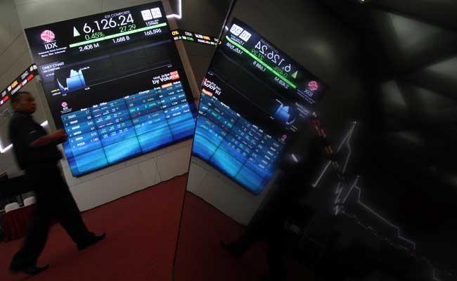 Pengunjung beraktivitas di sekitar layar pergerakan Indeks Harga Saham Gabungan (IHSG) di Jakarta. Bisnis - Arief Hermawan P