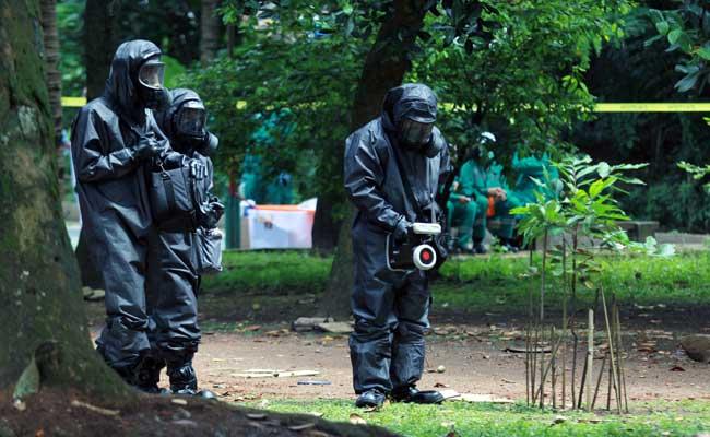Tim Badan Tenaga Nuklir Nasional (BATAN) bersama Badan Pengawas Tenaga Nuklir (Bapeten) dan Tim Teknis Kimia Biologi Radioaktif (TKBR) Gegana Brimob Mabes Polri melakukan Dekontaminasi terhadap temuan paparan tinggi radioaktif di Perumahan Batan Indah, Serpong, Tangerang Selatan, Banten, Minggu (15/2/2020). ANTARA FOTO - Muhammad Iqbal