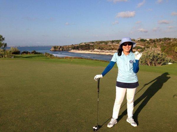 Direktur PT. Asuransi Sinar Mas, Dumasi Marisina Magdalena Samosir saat menyalurkan hobinya bermain golf