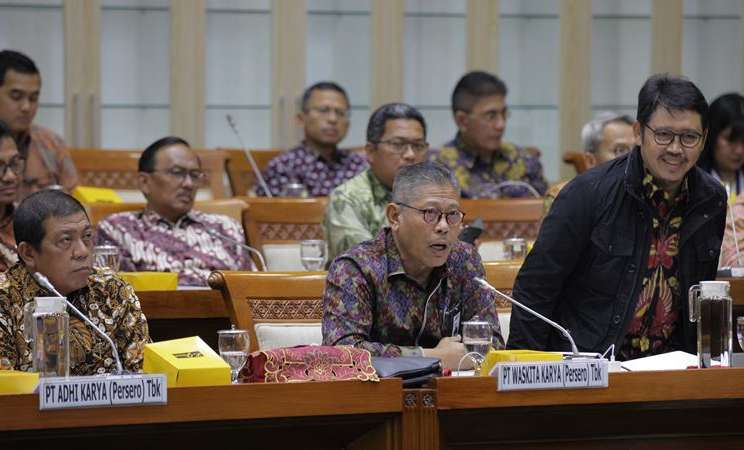 Direktur Utama PT Waskita Karya I Gusti Ngurah Putra (tengah) mengikuti rapat dengar pendapat (RDP) dengan Komisi VI DPR di komplek Parlemen, Jakarta, Senin (17/2/2020). - ANTARA / Reno Esnir