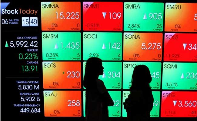 Pengunjung di depan layar pergerakan Indeks Harga Saham Gabungan (IHSG) di galeri PT Bursa Efek Indonesia, Jakarta, Kamis (6/2/2020). Bisnis - Arief Hermawan P