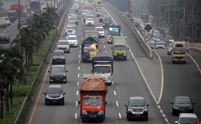 Sejumlah truk melintas di ruas tol lingkar luar, Jakarta. JIBI/Bisnis - Arief Hermawan P