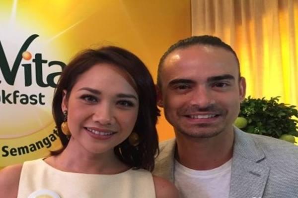 Penyanyi Bunga Citra Lestari dan suaminya, Ashraf Sinclair - Antara