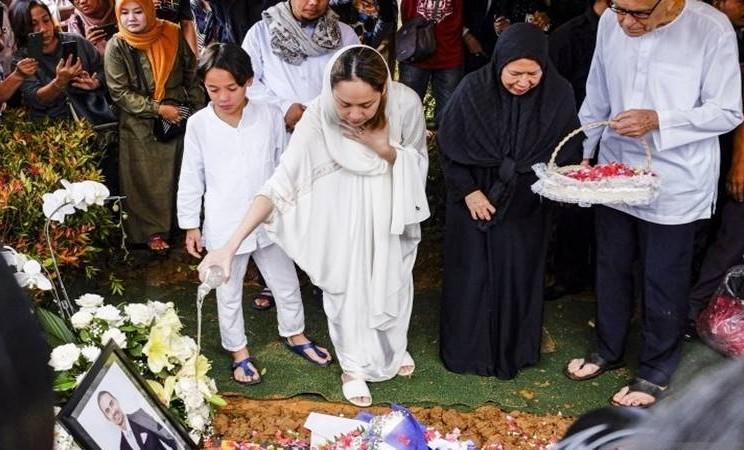 Bunga Citra Lestari dan putranya Noah Sinclair saat pemakaman Ashraf Sinclair di San Diego Hills, Selasa (18/2/2020). - Antara