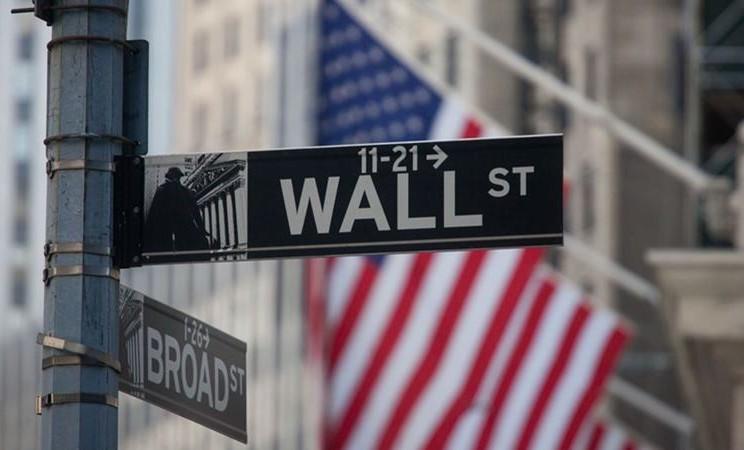 Tanda Wall Street tampak di depan Bursa Efek New York (NYSE) di New York, AS. -  Michael Nagle / Bloomberg
