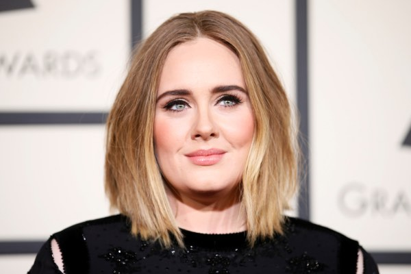 Penyanyi Adele dalam Grammy Awards 2016 di Los Angeles, California, Senin (15/2/2016). - Reuters/Danny Moloshoka
