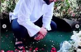 Foto Aktor Malaysia Zul Ariffin di Makam Ashraf Sinclair Curi Perhatian Warganet