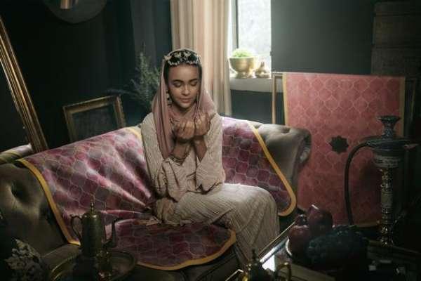 Seorang model berpose di atas sajadah Lasouk. Banyaknya umat muslim di Indonesia memunculkan potensi bisnis sajadah. - istimewa