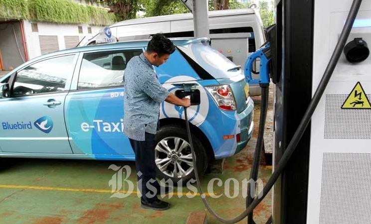 Pengemudi taksi mengisi daya mobil listrik di area kantor Badan Pengkajian dan Penerapan Teknologi (BPPT) di Jakarta, Selasa (18/2/2020). Bisnis - Arief Hermawan P