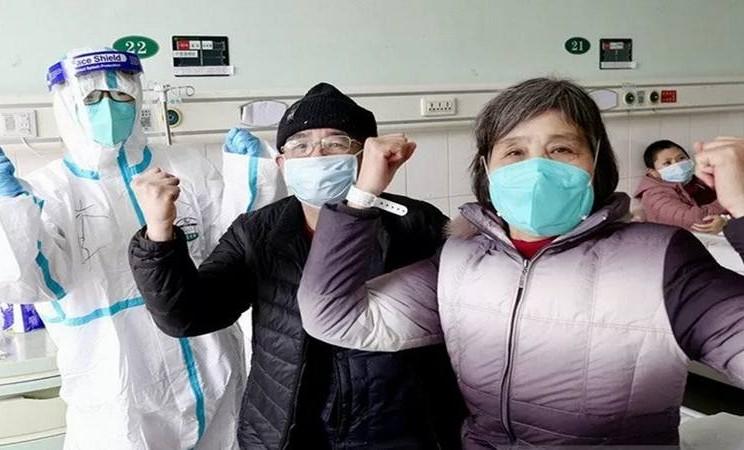 Pria berusia 67 tahun dan istrinya, yang sebelumnya dinyatakan terinfeksi virus corona, meninggalkan rumah sakit di Wuhan, China, Jumat (1/2/2020). Seorang dokter turut merayakan kesembuhan kedua pasiennya itu. - Antara