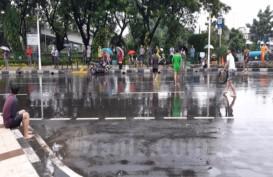 Mereka yang Bersenang-Senang Kala Banjir Mengepung Jakarta