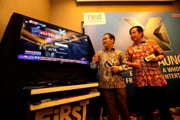 CEO PT Link Net Tbk-First Media Richard Kartawijaya (kiri) dan Director of New Territory Business Development Sutrisno Budidharma saat peluncuran X1 Combo HD Packs terbaru di Bandung, Jawa Barat, Kamis (26/3/2015). Penyedia layanan TV berbayar Link Net Tbk-First Media meluncurkan X1 Combo HD Packs terbaru, yang dilengkapi dengan Smart Box interaktif dua arah dan First Media Go yang memberikan kemudahan menikmati hiburan di mana saja.  - Bisnis.com