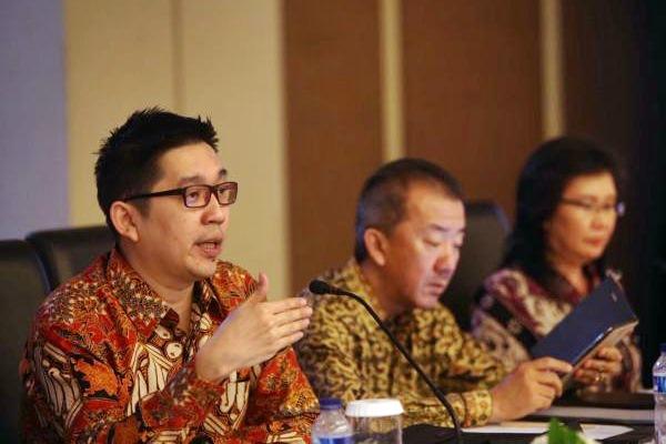 Presiden Direktur PT Acset Indonusa Tbk Jeffrey Gunadi Chandrawijaya (dari kiri), Direktur Hilarius Arwandhi dan Direktur Ellyjawati memberikan penjelasan usai Rapat umum Pemegang Saham Tahunan di Jakarta, Senin (10/4). - JIBI/Nurul Hidayat