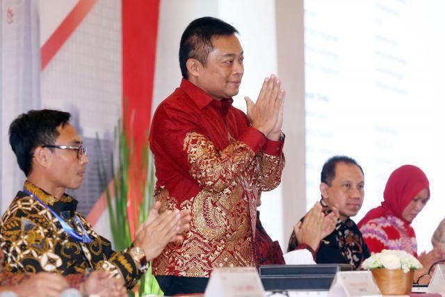 Direktur Utama PT Telkom Indonesia (Persero) Tbk Ririek Adriansyah (kedua kiri) menyapa wartawan di sela-sela Rapat Umum Pemegang Saham Tahunan (RUPST), di Jakarta, Jumat (24/5/2019). - Bisnis/Abdullah Azzam